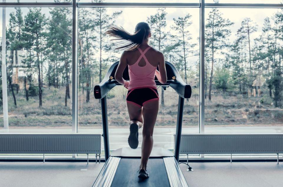 Diferencia entre correr al aire libre o utilizar una cinta en casa